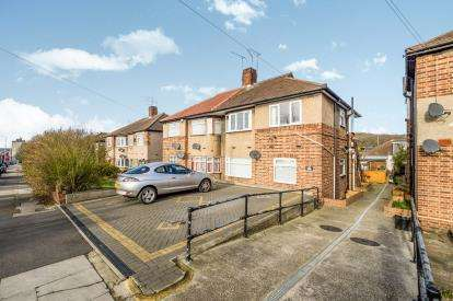 2 Bedrooms Maisonette Flat for sale in Clayhall, Essex