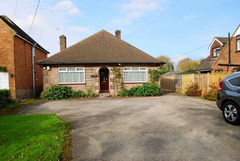 2 Bedrooms Detached Bungalow for sale in Mitchell Walk, Amersham, HP6