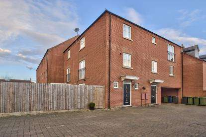 2 Bedrooms Town House for sale in Banks Court, Eynesbury, St. Neots, Cambridgeshire