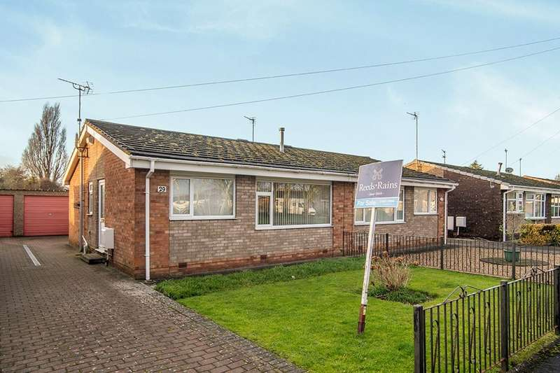 3 Bedrooms Semi Detached Bungalow for sale in Winchester Close, Hull, HU9