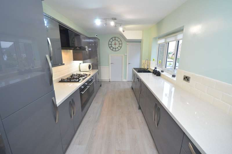 4 Bedrooms Detached House for sale in Pennine Close, Lupset Park, Wakefield