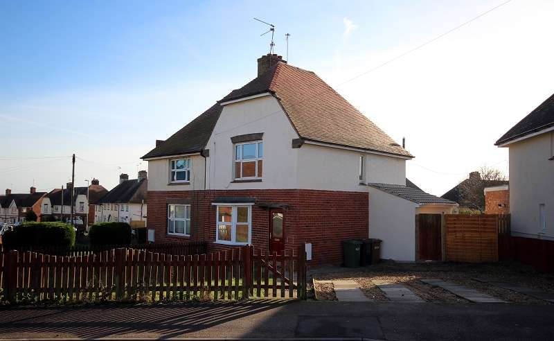 3 Bedrooms Semi Detached House for sale in Berrymoor Road, Wellingborough, Northamptonshire. NN8 2HU