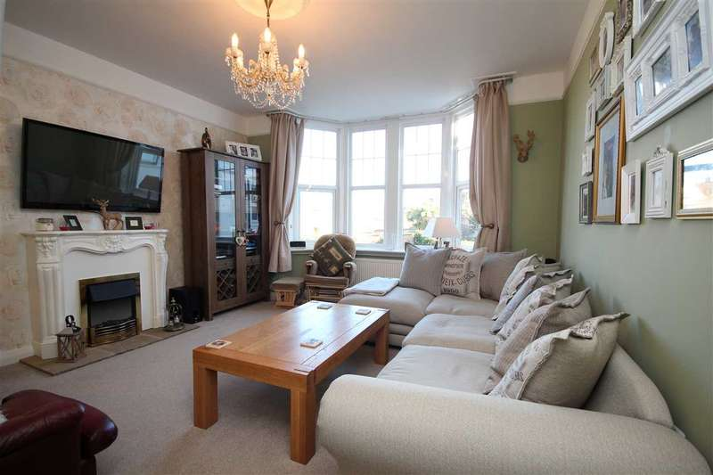 2 Bedrooms Apartment Flat for sale in Grand Avenue, Worthing, BN11