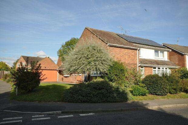 4 Bedrooms Detached House for sale in Lavenham Drive, Woodley, Reading,