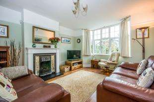 3 Bedrooms Semi Detached House for sale in Ringwood Avenue, Redhill, Surrey