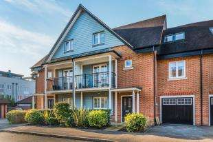 5 Bedrooms Terraced House for sale in Reeds Meadow, Redhill, Surrey