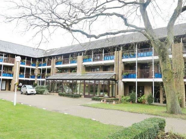 2 Bedrooms Flat for sale in Emmbrook Court, Woolacombe Drive, Reading