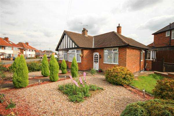 2 Bedrooms Bungalow for sale in Shakespeare Drive