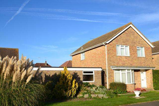 3 Bedrooms Detached House for sale in Ryecroft Gardens, Goring by Sea, West Sussex, BN12 4LP