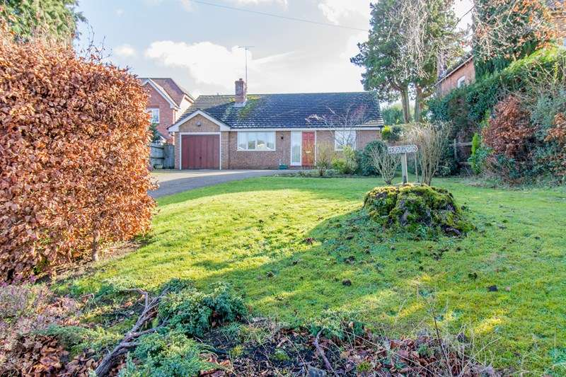 2 Bedrooms Detached Bungalow for sale in Mill Road, Liss