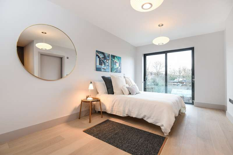3 Bedrooms Flat for sale in The Revelstoke, Southfields, SW18