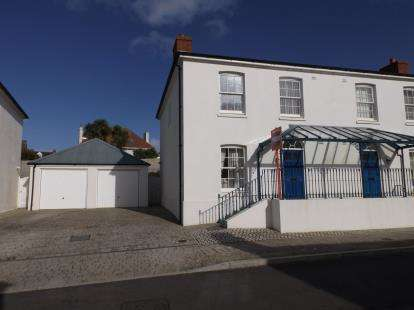 3 Bedrooms Semi Detached House for sale in Tregunnel Hill, Newquay, Cornwall