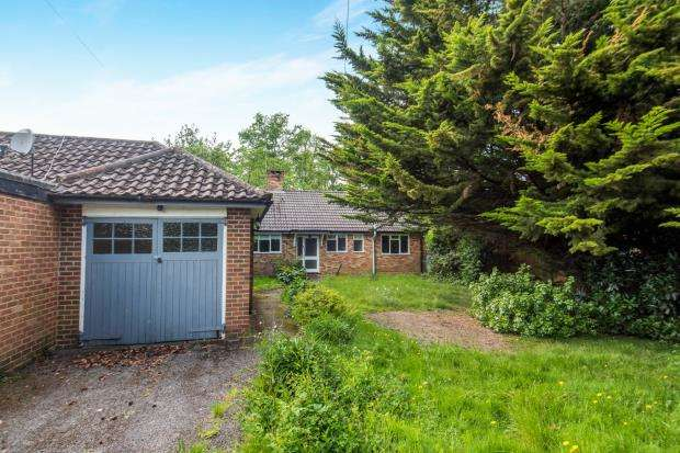 2 Bedrooms Detached House for sale in East Horsley, Surrey