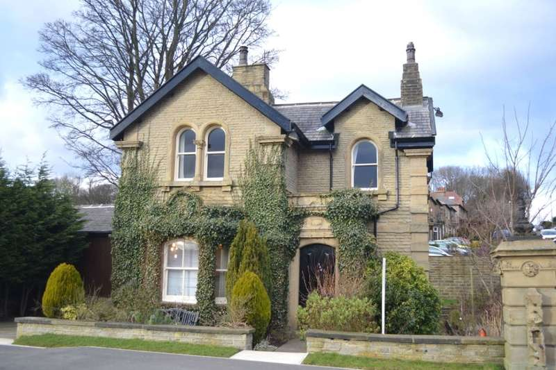 3 Bedrooms Detached House for sale in Luck Lane, Huddersfield, HD1