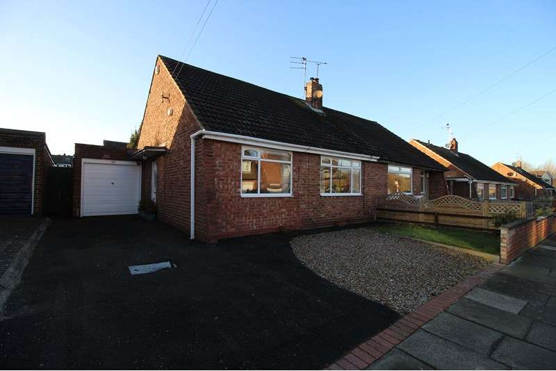 2 Bedrooms Bungalow for sale in Acomb Crescent, Red House Farm, Newcastle upon Tyne, Tyne and Wear, NE3 2BD