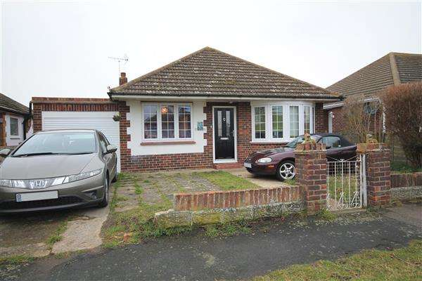 2 Bedrooms Bungalow for sale in Tudor Green, Clacton on Sea