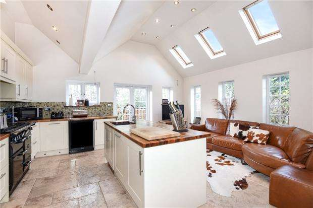4 Bedrooms Semi Detached House for sale in Handpost Cottages, Basingstoke Road, Swallowfield