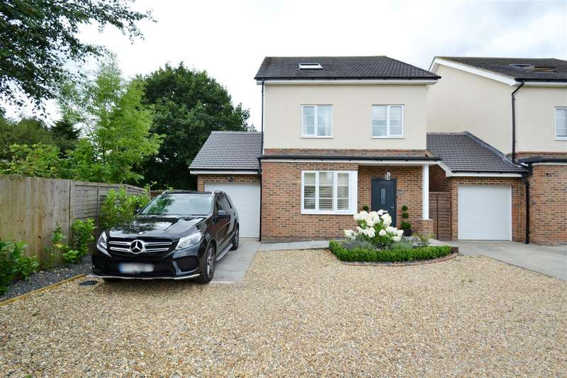 4 Bedrooms Detached House for sale in The Crescent, Horley