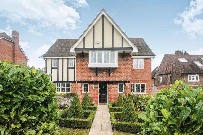 4 Bedrooms Detached House for sale in Beech Grove, Epsom