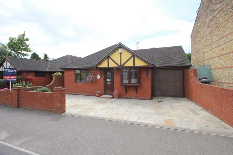 3 Bedrooms Detached Bungalow for sale in Rocheway, Rochford