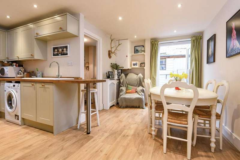 2 Bedrooms Flat for sale in Emu Road, Battersea
