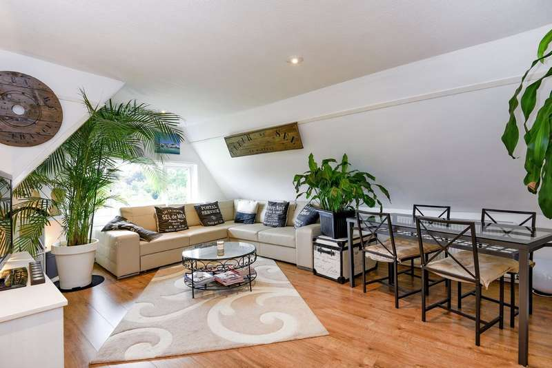 2 Bedrooms Flat for sale in Grove Park Road, London