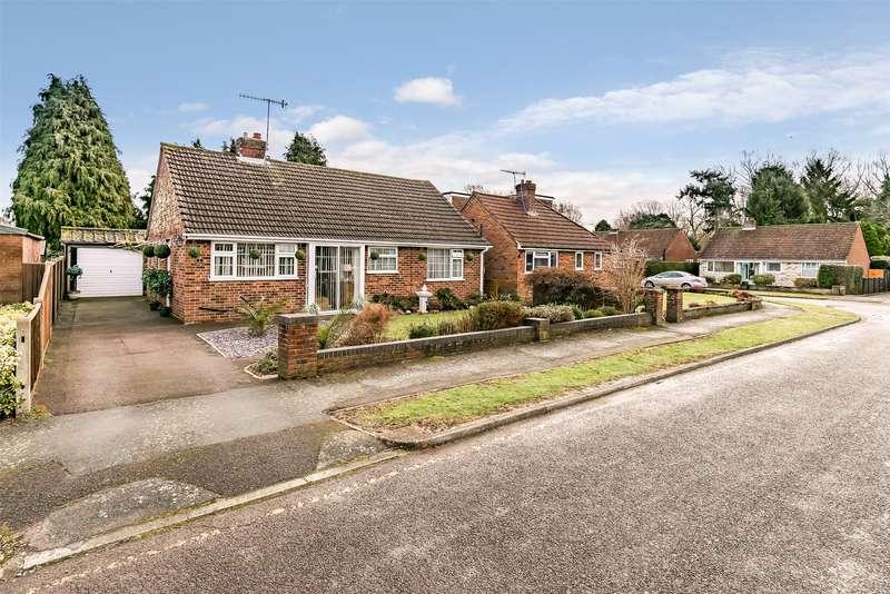 2 Bedrooms Detached Bungalow for sale in Woodroyd Gardens, Horley, Surrey, RH6