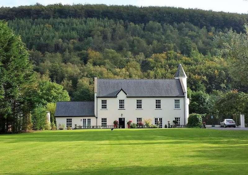 7 Bedrooms Detached House for sale in Llanllawddog