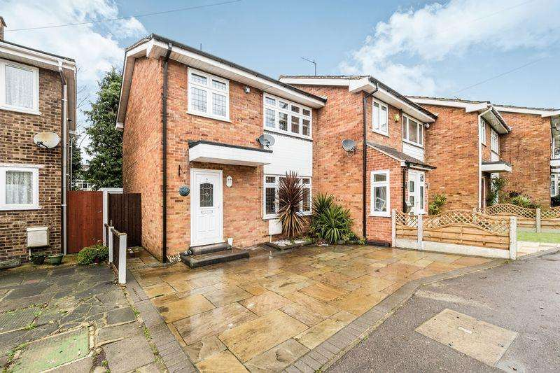 3 Bedrooms Terraced House for sale in Fir Tree Close, Romford