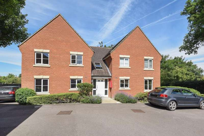 2 Bedrooms Flat for sale in Hallows Grove, Sunbury on Thames, TW16