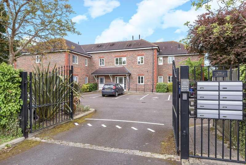 2 Bedrooms Flat for sale in The Grange, De Havilland Way, Staines-Upon-Thames, TW19