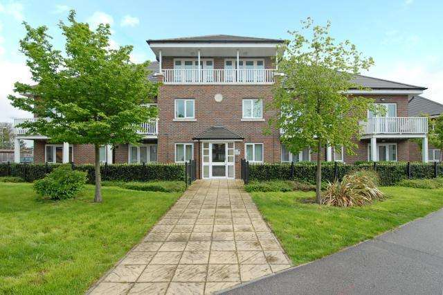 1 Bedroom Flat for sale in Wycombe Marsh, High Wycombe, Buckinghamshire, HP11