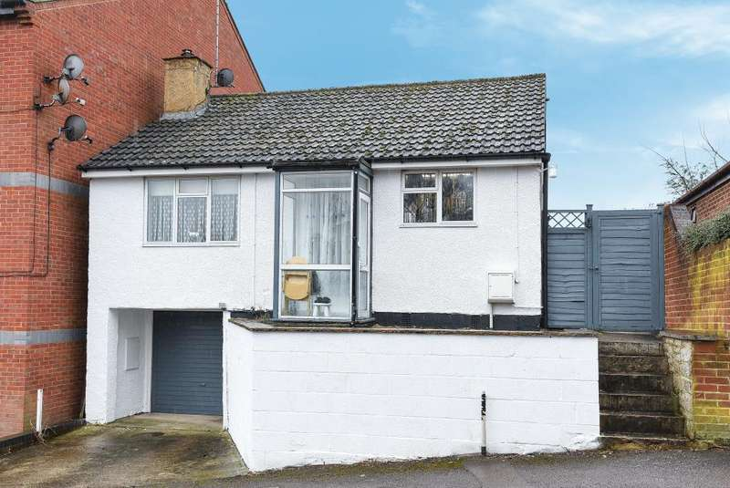 2 Bedrooms Detached Bungalow for sale in Britannia Road, Banbury, OX16