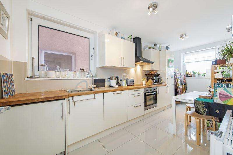 2 Bedrooms Flat for sale in Hawthorn Avenue, London