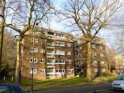 3 Bedrooms Flat for sale in Lodge Close, Edgware