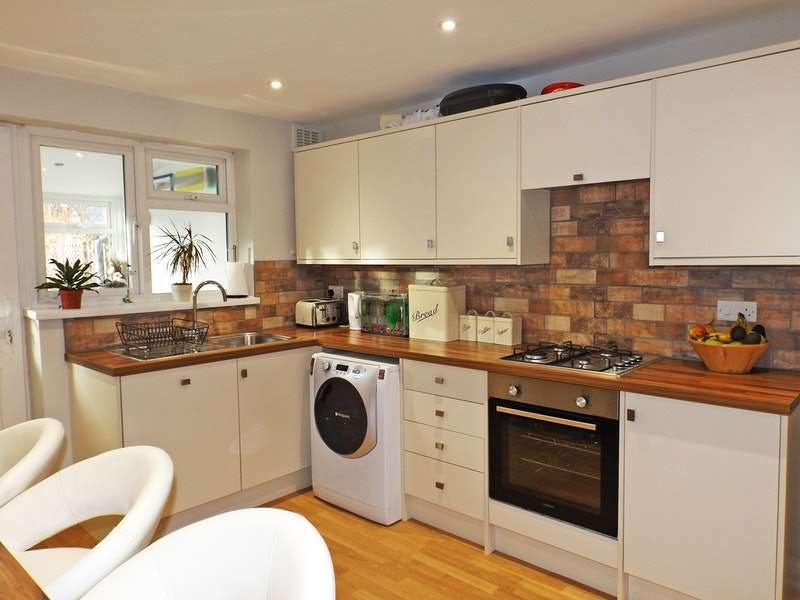 3 Bedrooms Semi Detached House for sale in Eastbury Avenue, Rochford, Essex, SS4