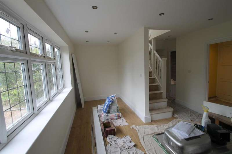 2 Bedrooms Semi Detached Bungalow for rent in Hayling Road, South Oxhey, Watford