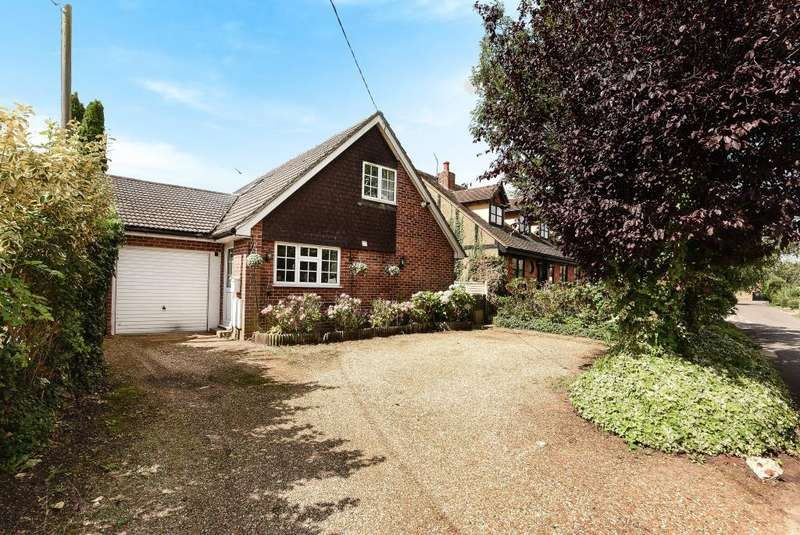 4 Bedrooms Detached House for sale in Thorpe Village, Surrey, TW20