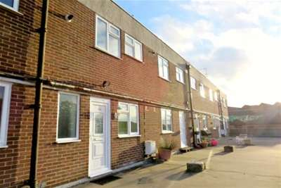 2 Bedrooms Flat for rent in Water Lane, Totton