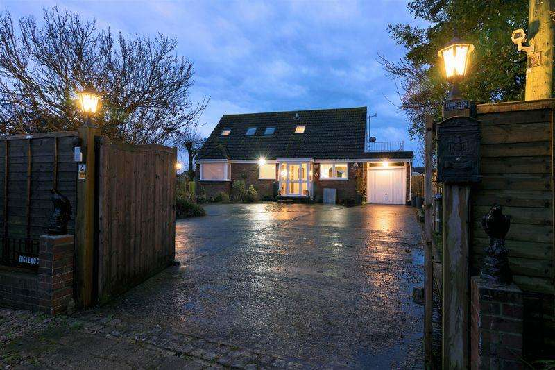 4 Bedrooms Bungalow for sale in Old Salts Farm Road, Lancing
