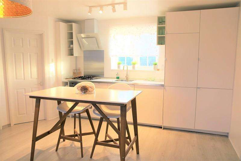 3 Bedrooms Maisonette Flat for sale in Selby Close, Beckton, London, Greater London. E6