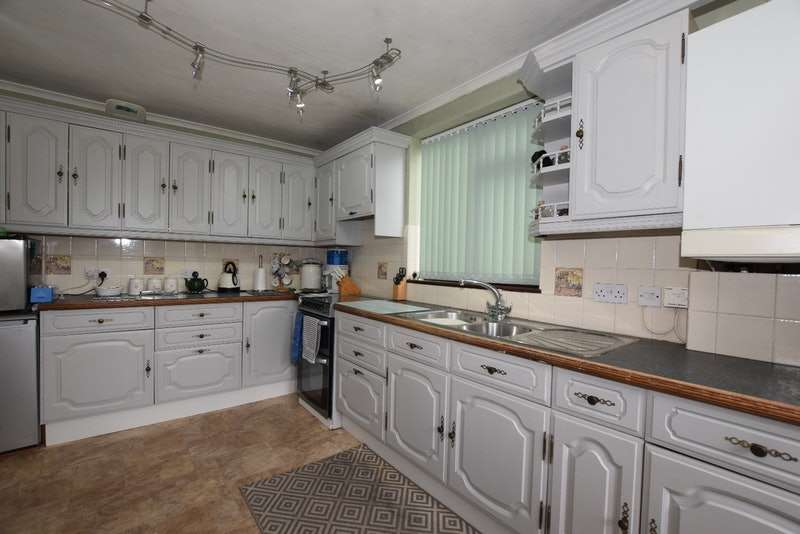 4 Bedrooms Bungalow for sale in Homefields Avenue, Benfleet, Essex, SS7