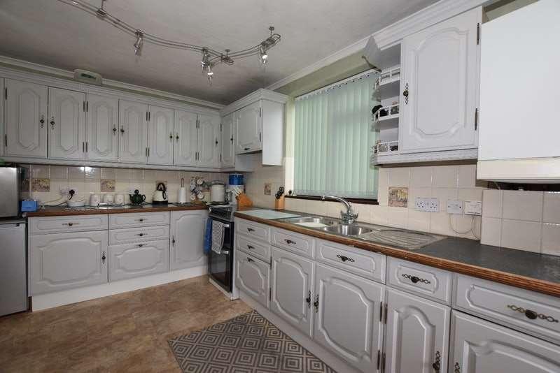 4 Bedrooms Bungalow for sale in Homefields Avenue, Benfleet, Essex, SS7