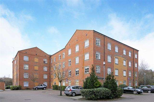 2 Bedrooms Flat for sale in Otter Close, Stratford