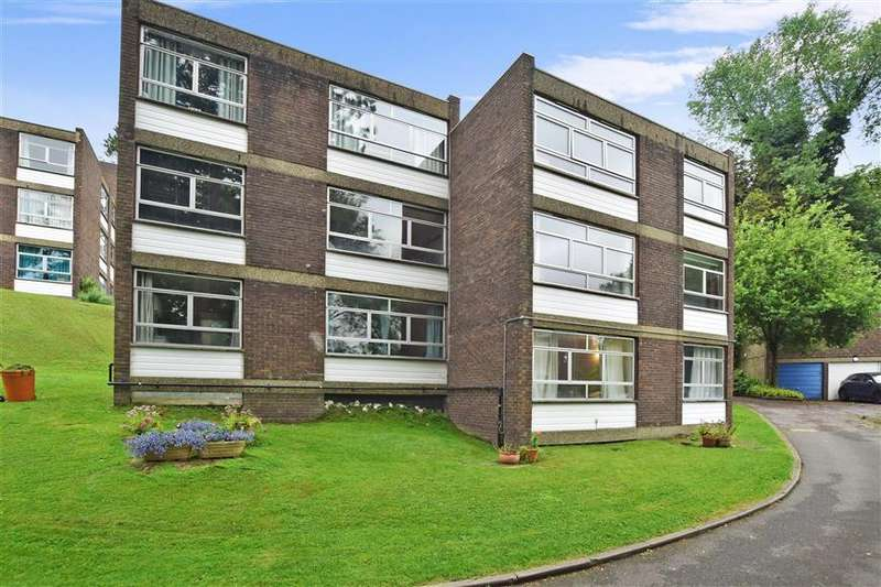 2 Bedrooms Flat for sale in Court Bushes Road, Whyteleafe, Surrey