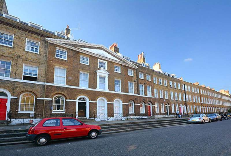 2 Bedrooms Flat for sale in Surrey Square, London