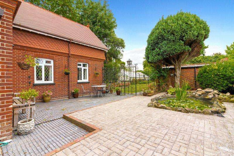 3 Bedrooms Detached House for sale in Coach House, Grand Avenue, Worthing