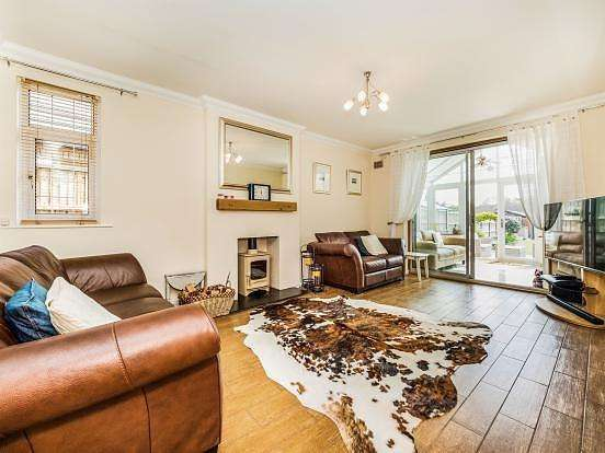 4 Bedrooms Chalet House for sale in Greenway, Harold Wood, Romford, RM3