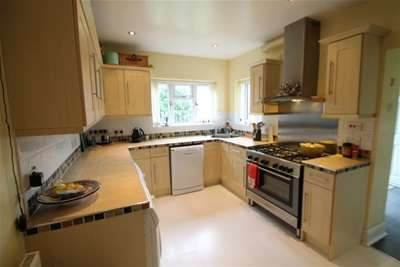 5 Bedrooms Detached House for rent in Oakley Road, Keston