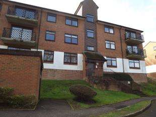 2 Bedrooms Flat for sale in Treetops, Whyteleafe, Surrey